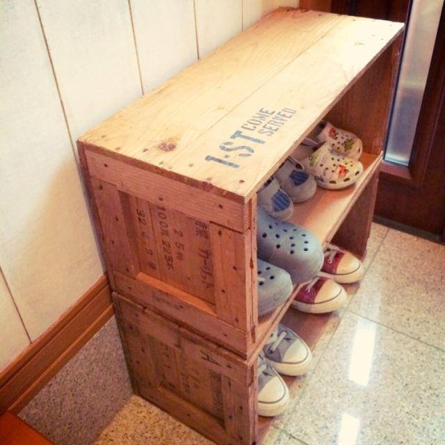 相方がもらってきてくれた木箱♪ 中には古い瓦をしまってたらしいんだけど…箱だけをもらって簡単な靴箱に(。-艸-。) いつも靴が散乱しまくりだからちょうどいい♡/Emmyさんの、玄関/入り口,靴箱,古道具,木箱,ステンシル,男前,のお部屋写真