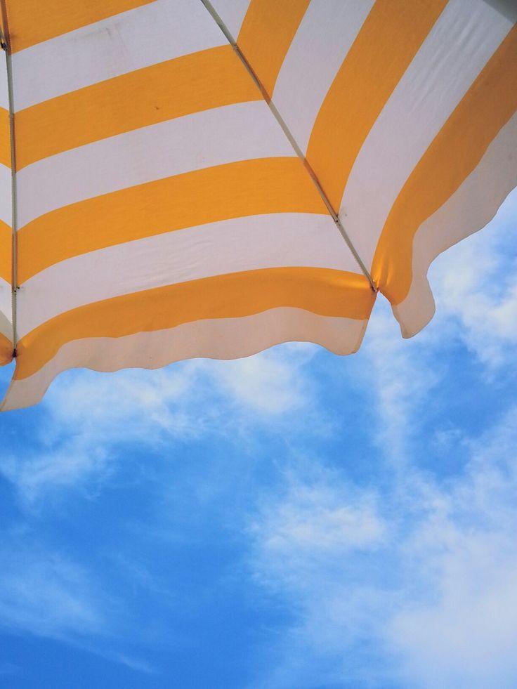 Ombrellone. Righe gialle e bianche. Cielo azzurro. Sole. Nuvole bianche. Estate. Mare. Summer. Sun. White clouds. Sea. Photo by me, AngelaRizzo.