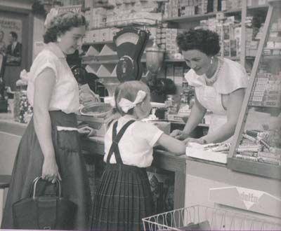 """Centen uittellen voor hoeveel je nog snoep kon kopen. Bij onze drogist """" Dille"""" in Haarlem had je """" het schaaltje van vijf (cent)"""