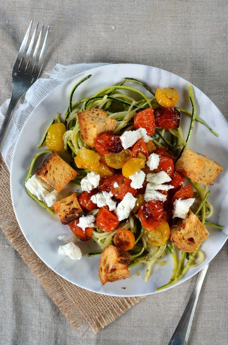 Spaghetti de courgette au pesto, tomates rôties, feta et croûtons - Recette