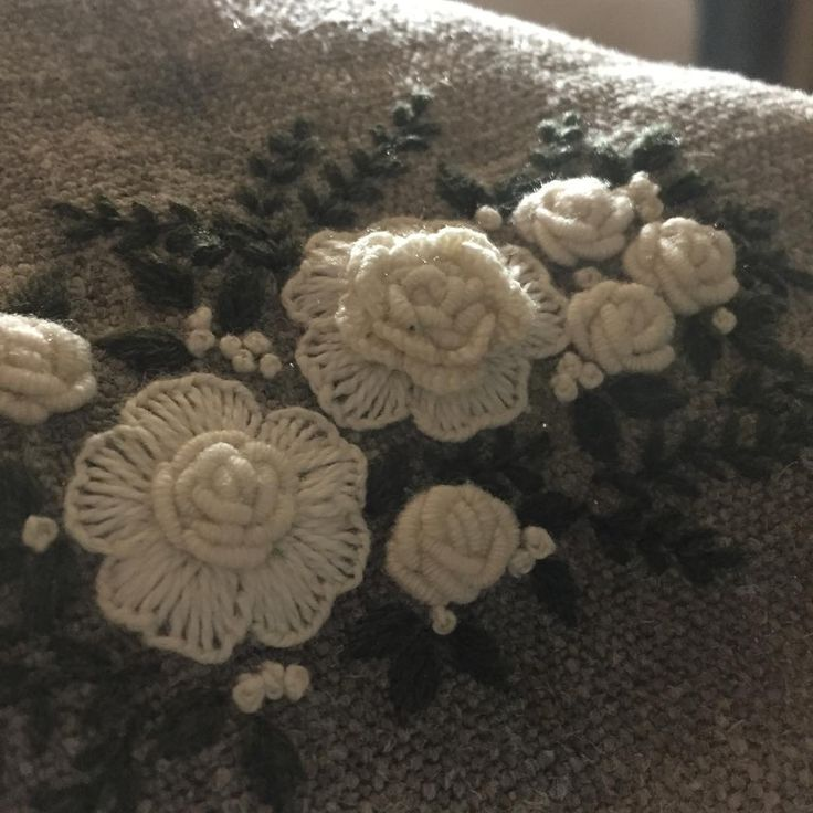 하얀장미~ #embroidery #자수 #자수파우치 #자수타그램 #자수소품만들기 #프랑스자수 #삼척프랑스자수 #햄프 #발다니 #stitch #손자수 #자수수업 #자수파우치 #자수클래스 #자수맨투맨
