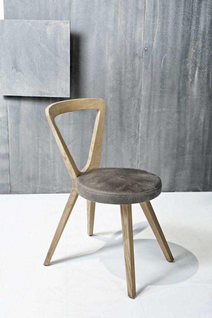Cette chaise Triangle est un excellent exemple de design contemporain minimaliste et de l'artisanat autrichien.  La forme triangulaire de cette chaise de luxe lui permet d'être un accessoire magnifique qui permettra d'embellir votre intérieur.
