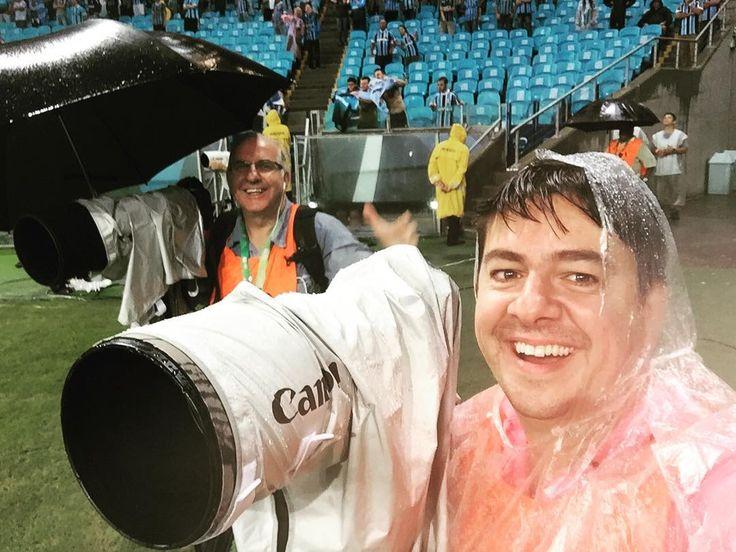 A gente rala mas se diverte na Copa Libertadores da América  #gremio #arena #fotojornalismo #photojournalist #photojornalism #fotojornalista #futebol #soccer #ldu #canon #canon_official