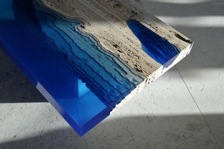 Mesas semejantes a lagos creadas mezclando resina con mármol travertino