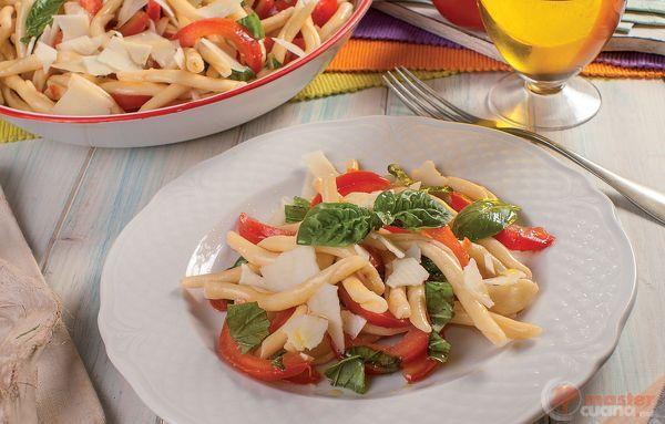 Strozzapreti con pomodori, grana e basilico