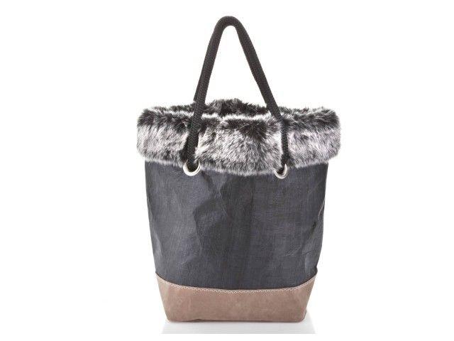 Cabas zippé en toiles de voiles de bateaux recyclées et cuir  Retrouvez tous les sacs 727 sailbags sur notre site internet : http://www.727sailbags.com/en/147-bags