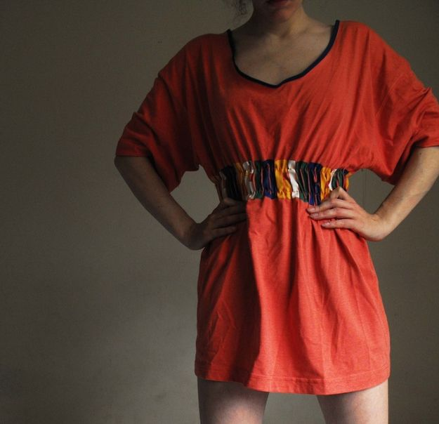 引き締められた腰のあるTシャツドレス