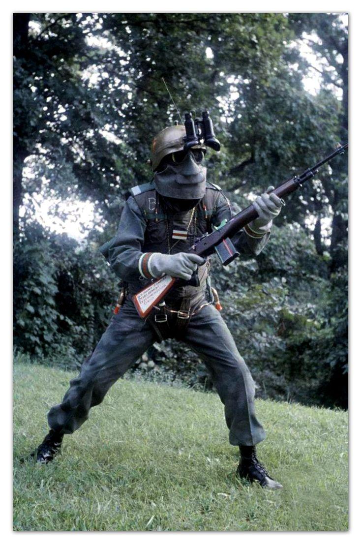So stellte man sich 1959 einen zukünftigen US Soldaten vor. In der Uniform waren Sprunggürtel mit Rakenmotor integriert, ein Infrarot-Fernglas, Gummimaske und Handschuhe die vor radioaktiver Strahlung schützen sollte.