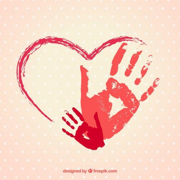 Corazón pintado a mano con huellas de manos