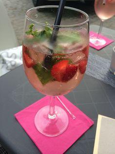 Lillet Wild Berry! Rezept: 5 cl Lillet, Schweppes Russian Wild Berry, Eiswürfel, Erdbeeren und Minze