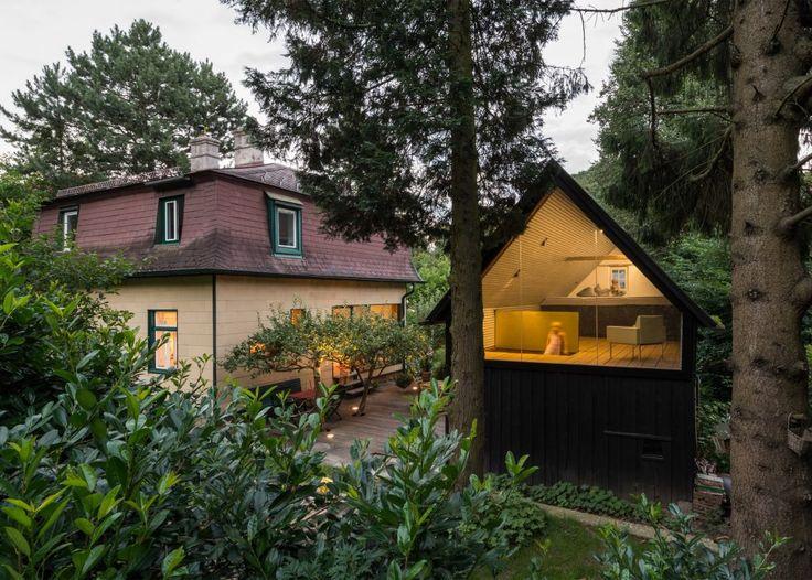 ここはオーストリアのアイヒグラーベン。クライアントのアイデアを実現するべく、スー・アーキテクテンの助けのもと建築された。1930年代に建てられたこの物書き部屋は、ゲストハウスも兼ねており、子どもの遊び