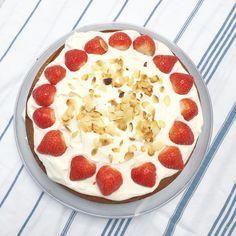 Daarom houd ik zo van dit aardbeien recept. Ook deze makkelijke aardbeientaart maken? De makkelijke aardbeiensaus en slagroom valt bij iedereen in de smaak!