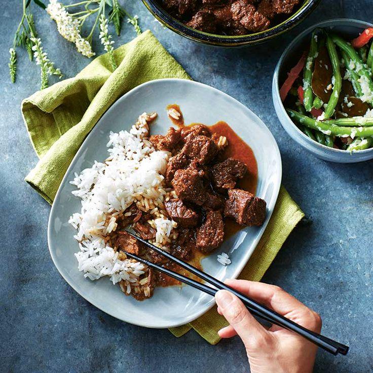 Een goede rendang mag nietontbreken op een rijsttafel. Elke Indische familie heeft een eigenversie. Het verschil zit 'm in despecerijen, maar het belangrijksteingrediënt is tijd. Dit is het receptzoals de oma van...