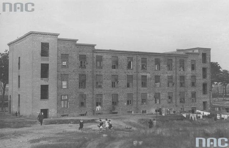 Budynek mieszkalny bezrobotnych w Gdyni Inwestorem tzw. kolonii robotniczej był gdyński magistrat, który próbował w ten sposób zaradzić problemowi mieszkaniowemu w mieście. W budowanych obiektach znajdowały się tanie mieszkania czynszowe, najczęściej dwu- i półtoraizbowe przeznaczone dla robotników. W skład zespołu wchodziły również sklepy, przedszkola, w późniejszym okresie także szkoła i ośrodek zdrowia.