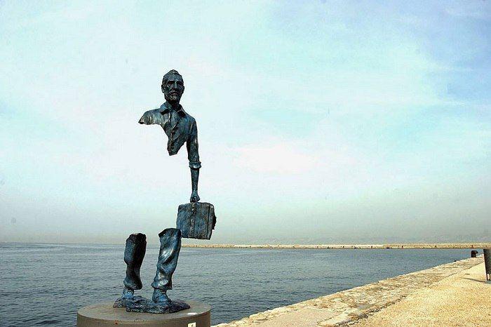 Странник, Марсель, Франция.Скульптура Бруно Каталано установлена в порту Марселя в 2013 году.