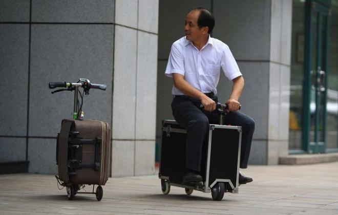 Suitcase Scooter для езды на своем чемодане - http://things.lifehacker.ru/2014/06/16/suitcase-scooter-dlya-ezdy-na-svoem-chemodane/