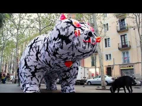 GATO A GATA | Olek's Birthday 2012 | Botero Cover. yarn bombing cracks me up