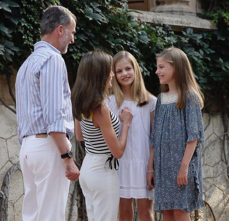 Los Reyes y sus hijas comienzan sus vacaciones con el tradicional posado en el Palacio de Marivent