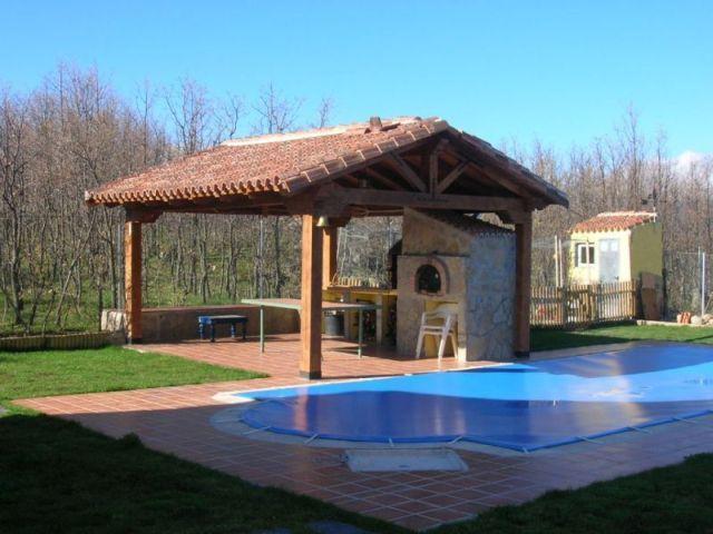 Barbacoa de vigas de madera con tejado a dos aguas y - Casas de madera con piscina ...