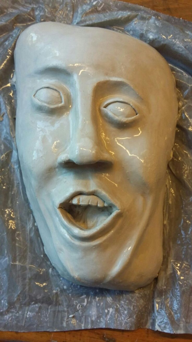 Dit is de basis van mijn masker waaruit ik verder ben gegaan met de verf-explosies en druipende verf op het gezicht.