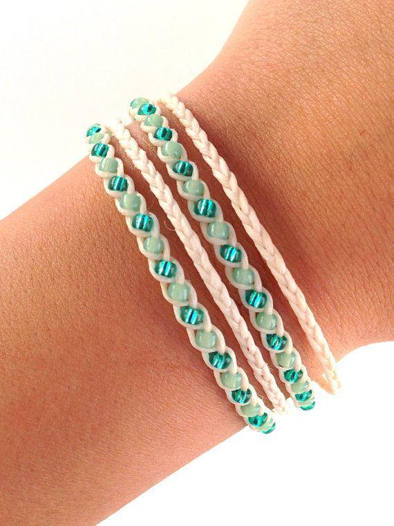 met 2 strengen waxkoord en kraaltjes maak je heel eenvoudig deze armband