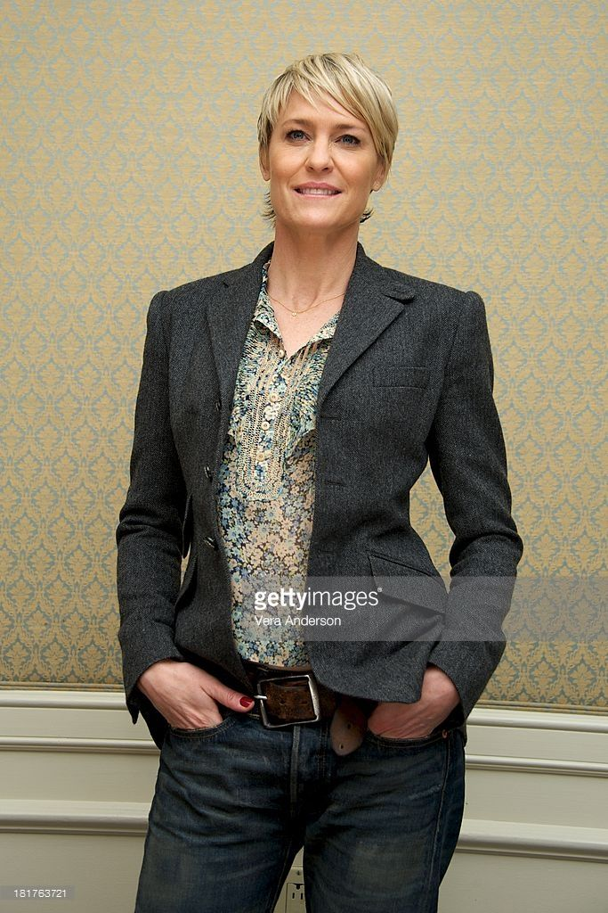 robin-wright-at-the-house-of-cards-press-conference-at-the-four-on-picture-id181763721 (683×1024)