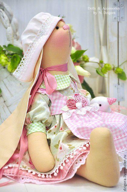 Купить или заказать Зайка текстильная Abelia в интернет-магазине на Ярмарке Мастеров. Зайка Abelia - милая пастушка. Сшита из хлопка, наполнена холлофайбером, её многоярусное платье, как и все элементы одежды (передник, чепчик и панталоны) выполнены из хлопка, украшены хлопковой тесьмой, кружевом и прошвой. Передничек расшит цветами из лент, дополнен декоративной строчкой, застёгивается на пуговки. На шейке кокетливая шёлковая лента.