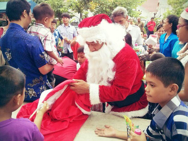 Santa Klaus Bagi-Bagi Permen