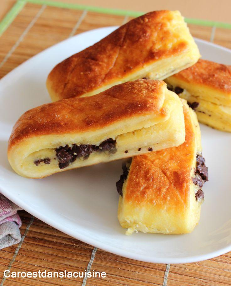 Sur cette recette, je vous propose une délicieuse recette de brioche suisse moelleuse et croustillante. Cette brioche est vraiment à tomber, avec une mie bien aérée et moelleuse, fourrée d'une crème pâtissière vanillée et des morceaux de pépites de chocolat !