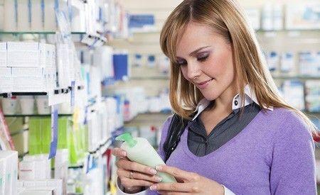 (Zentrum der Gesundheit) - Vielleicht gehören auch Sie zu jenen Menschen, die regelmässig ein Shampoo verwenden, das dem Haar Struktur, Glanz und Fülle verleiht - kurzum eines, was die Werbung in derart ansprechender Weise beschreibt, dass man es einfach kaufen muss. Doch bevor Sie sich von den scheinbaren Vorzügen dieser Shampoos blenden lassen, sollten Sie einen Blick auf die Inhaltsstoffe werfen. Viele von diesen Shampoos enthalten potentielle Giftstoffe, die mehr als