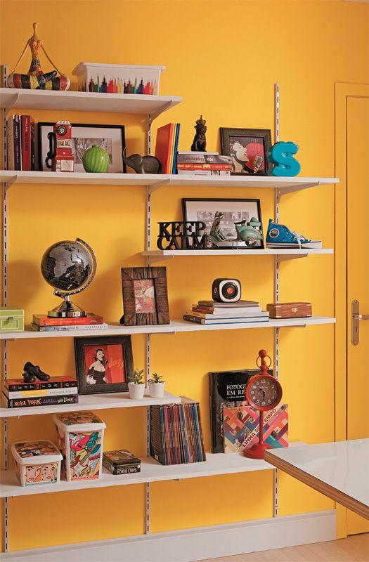 Para montar uma estante como esta, o primeiro passo é parafusar na parede três trilhos de 2 m de altura (Leroy Merlin, R$ 29,90 cada). Depois, encaixam-se os suportes (Leroy Merlin, R$ 6,19 cada) para as prateleiras e, então, as pranchas.