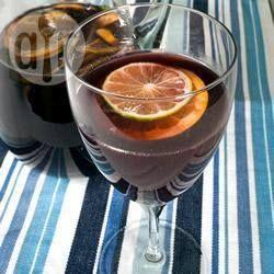 Foto recept: Zomerse sangria Ingrediënten  Porties 8: 4 eetlepels suiker 250 ml water (kamertemperatuur) 1 (750 ml) fles rode wijn 1 sinaasappel, in dunne plakken 1 limoen, in dunne plakken vers fruit naar keuze ijsblokjes 125 ml spuitwater