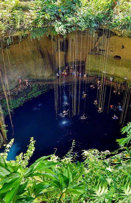 """Cenote Dzitnup, Yucatan, Mexico Avec une profondeur de 40 mètres, ce plan d'eau également appelé """"Cénote bleu sacré"""" accueille aujourd'hui... des compétitions de plongeon."""