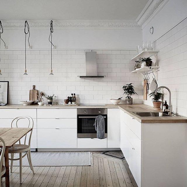 Cocina nórdica con baldosa metro y encimera de madera, hoy en el blog #delikatissen