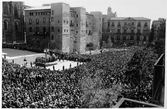 Reactivació de l'activitat urbana    El projecte de gran Barcelona sota els auspicis de l'alcalde Porcioles va obrir un període de reactivació de l'activitat urbana. Celebració religiosa a l'avinguda de la Catedral, el 1958.    © Arxiu Fotogràfic de Barcelona. Pérez de Rozas.
