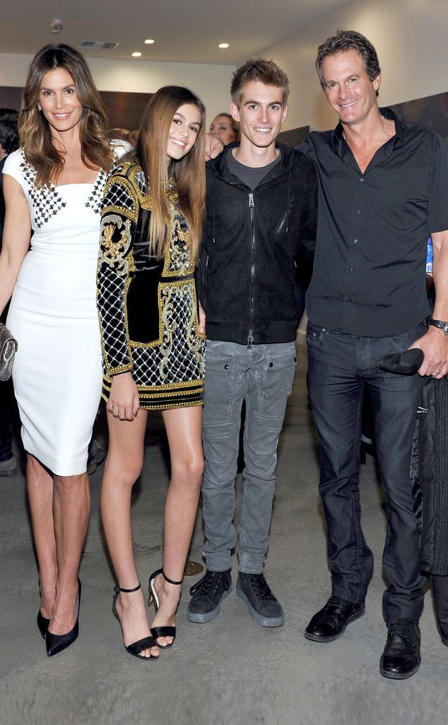 Cindy Crawford Steps Out With Her Family and Everyone Looks Absolutely Perfect Again | E! Online Mobile