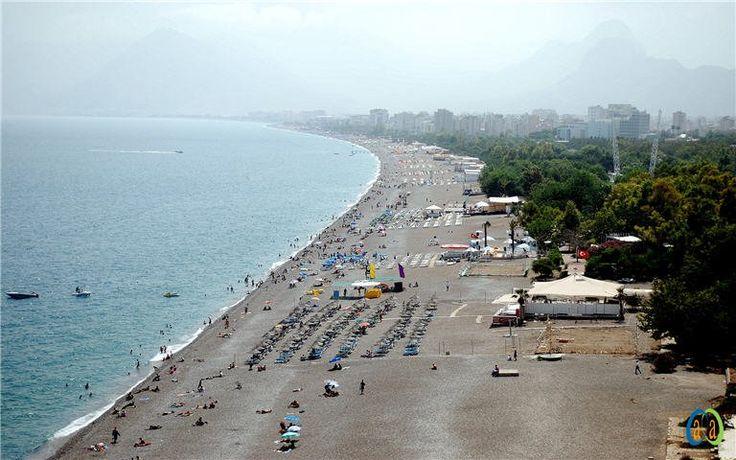 """Antalya'nın dünyaca ünlü Konyaaltı Sahili'nin bir bölümü bundan sonra ücretli olacak. Antalya Büyükşehir Belediye Başkanı Menderes Türel'in geçen yıl, """"Ücretsiz sahil halka iyi gelecek"""" sloganıyla, şezlong ve şemsiyeleri ücretsiz olarak halkın kullanımına sunduğu Konyaaltı Sahili'nde tatilcileri şoke edecek bir düzenlemeye gidildi."""