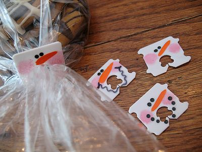 Cute for bagging Christmas cookies!    How awesome.  I usually just toss out these plastic bag closers.: Food Gifts, Treats Bags, Gifts Bags, Christmas Goodies, Breads Tags, Cute Ideas, Snowman, Christmas Treats, Breads Clip
