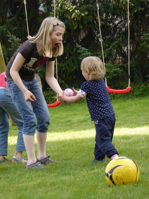 Kleinkinder petzen nicht aus böser Absicht. Wie man richtig darauf reagiert erfährst Du in diesem Artikel.