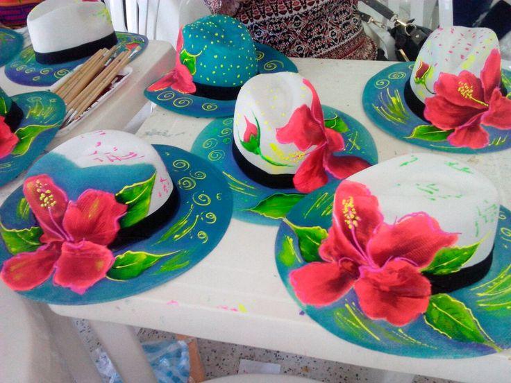 Sombreros decorados aunque son carnavaleros se pueden usar en toda ocasión.