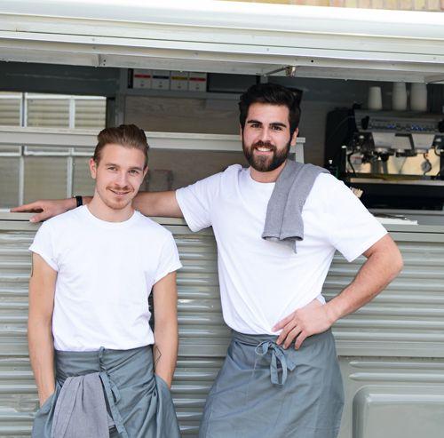 Belgische Waffel mit leichter Tiramisucreme, Granatapfelsoße, weißer Schokolade, Espressopulver und frischer Minze – so wie sie die Frankfurter Food-Truck-Betreiber Goose machen.