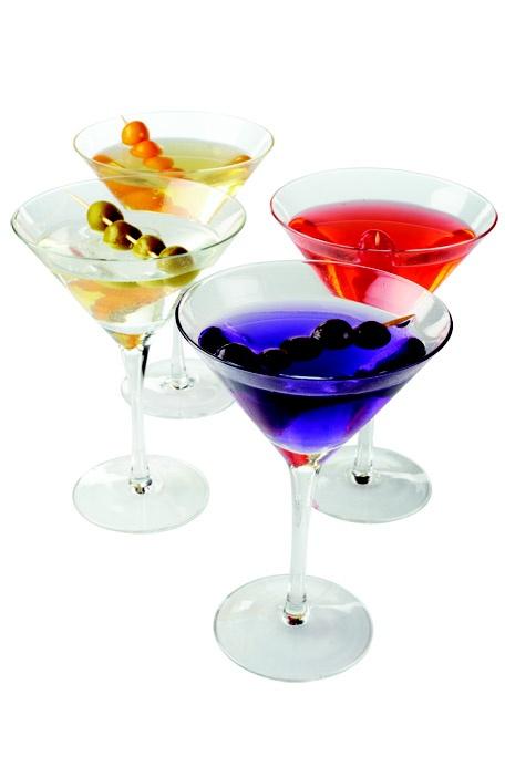 DRY MARTINI    INGREDIENTES   1 Dash Vermouth seco  4 oz. de Ginebra  Aceitunas    PREPARACIÓN  Agrega en la coctelera hielo, ginebra y el Vermouth. Agita, filtra y sirve.   Decora con aceitunas.     COPA MARTINI Set x4 $69950