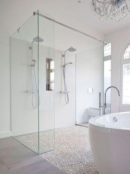 Baño grande doble en color balnco y con duchat y bañera