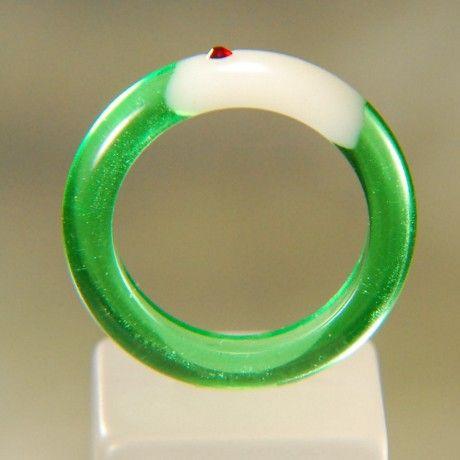【作品の特徴】メロンソーダのようなリング、バニラアイスの上にはサクランボものっています。キラキラと輝くグリーンは炭酸のようです。【サイズ等の仕様】色  :クリ...|ハンドメイド、手作り、手仕事品の通販・販売・購入ならCreema。