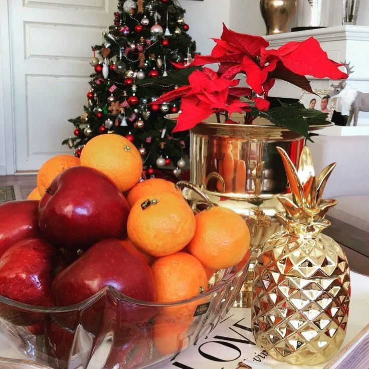 #christmas #happy #happiness #happychristmas #lovemyhome  #gold #flowers #christmastree #apple #klementin #eple #rød #red #green #gül #nyttår #snartnyttår #pineapple