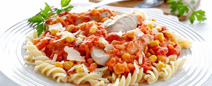 Sei med pasta og tomatsaus