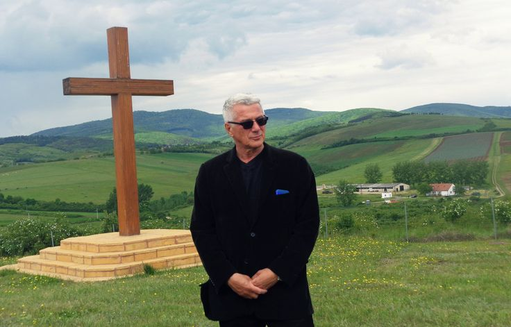 """""""A legtöbb egri borász szerint a Bikavérről és az Egri Csillagról kell szólnia Egernek, de én nem értek egyet ezzel. Mindkét márka nehezen kommunikálható, különösen a lejáratott és nehezen definiálható Bikavér. Ennek újjáépítése elég kemény dió"""" - vallja Kovács Nimród, az év Gasztroborásza, akinek borai nem csak Magyarországon sikeresek, hanem a nemzetközi piacon is. Egy"""
