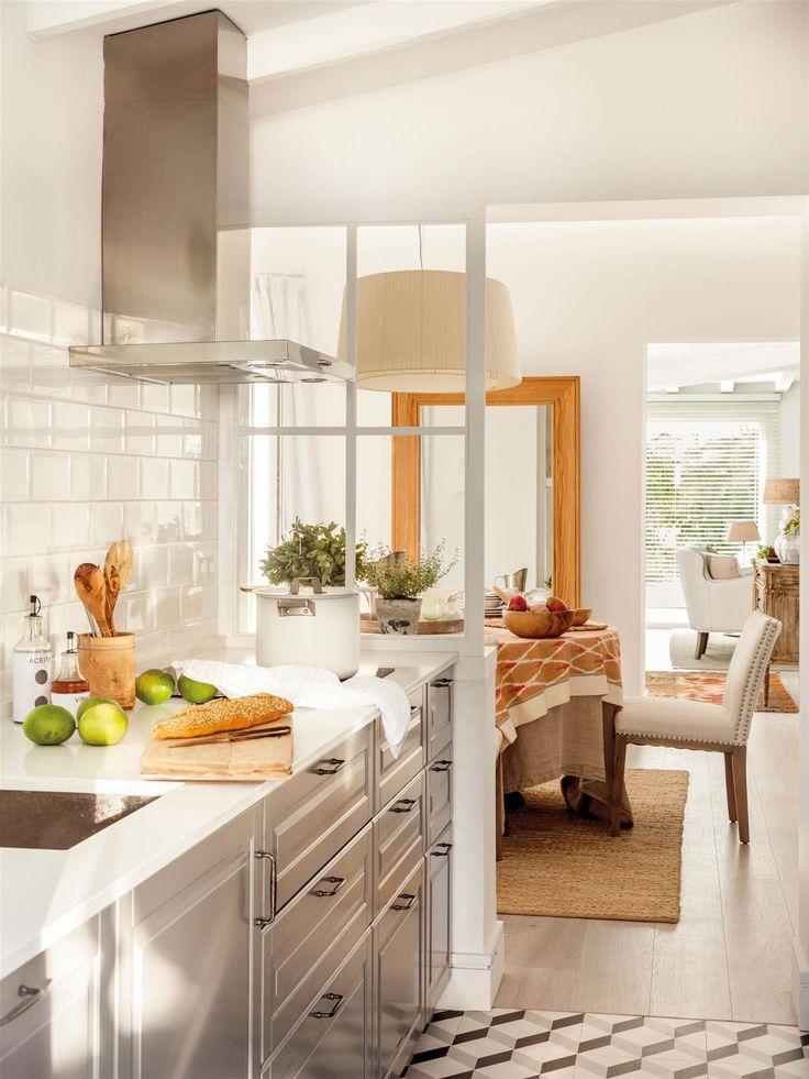 """Cocina semiabierta, otro punto de vista. Como el que ofrece este proyecto en """"tres dimensiones"""". Y es que en primer plano tenemos la cocina, separada del comedor independiente por un ligero tabique de cristal con cuarterones blancos. Al fondo, el juego de perspectivas se completa con el salón."""