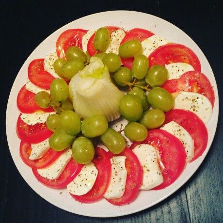 Healthy snack: tomatoes, bocconcini, grapes & fennel.