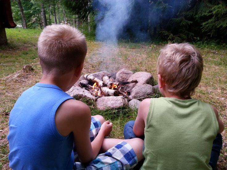 Lekker bij het kampvuur in Zweden.